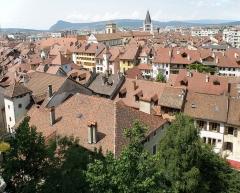Cathédrale - Français:   Annecy, ville et préfecture du département de la Haute-Savoie (région Rhône-Alpes, France). Vue générale de la vieille ville, depuis l'esplanade du château. On aperçoit, en haut au centre, la cathédrale Saint-Pierre (à gauche) et l\'église Notre-Dame-de-Liesse (à droite). La rue en bas à droite est la rue de l\'Île.