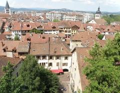 Cathédrale - Français:   Annecy, ville et préfecture du département de la Haute-Savoie (région Rhône-Alpes, France). Vue générale de la vieille ville, depuis l'esplanade du château. On aperçoit: en haut à gauche, l\'église Notre-Dame-de-Liesse; en haut à droite, l\'église Saint-Maurice; au centre, le palais de l\'Isle. La rue en contrebas, à l\'avant-plan, est la rue de l\'Île.
