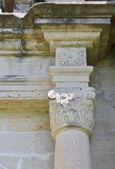 Château - Français:   Détails de la colonne droite du portail du château de Clermont (Haute-Savoie).