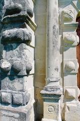 Château - Français:   Détails de la colonne gauche du portail du château de Clermont (Haute-Savoie).
