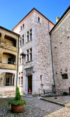 Château de Montrottier - English:   Inner court of the Montrottier Castle in August 2019. Lovagny, France.