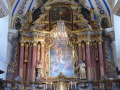 Eglise Saint-Nicolas-de-Véroce - Retable et luminaire suspendu dans l'église Saint-Nicolas-de-Véroce située à Saint-Gervais-les-Bains, Haute-Savoie, France.
