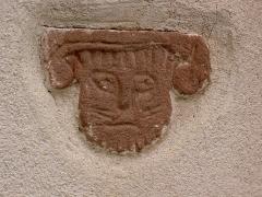 Site du Mont-Saint-Michel -  Nordvogesen 2004 Mont Saint-Michel  Katzenkopf in der Wand der Kapelle