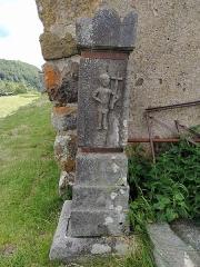 Eglise Saint-Roch de Fortuniès -  pierre tombale posée contre l'église Saint Roch