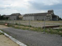 Gare - Gare du Blanc (36): Les anciens quais centraux et la coopérative agricole.