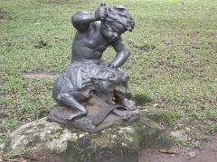 Fonderie du Val d'Osne - Português: Palácio do Catete: Jardins: Estátua Criança Européia Caçando um Lobo
