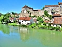 Enceinte médiévale - Français:   Remparts de Pesmes, vus du pont sur l\'Ognon. Haute-Saône