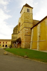 Ancienne abbaye Saint-Jean - Français:   Sorde l\'Abbaye - l\'église et au fond la mairie.