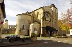 Ancienne abbaye Saint-Jean - Français:   Sorde l\'Abbaye - vue d\'ensemble de l\'église, tout à gauche la mairie.