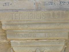 Eglise Sainte-Marie-Madeleine - Deutsch: Inschrift am Eingang der Kirche in Rennes-le-Chateau