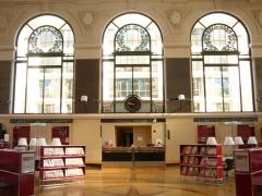 Bibliothèque municipale - Français:   Banque de communication de la grande salle de lecture. Bibliothèque d\'Etude et du Patrimoine, Toulouse.