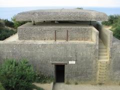 Batterie d'artillerie de Longues - Français:   Vue de l\'arrière du poste de commande de tir de la batterie de Longues-sur-Mer, en haut de la falaise.