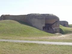 Batterie d'artillerie de Longues - Čeština:   Fotografie zaznamenáva dělostřeleckou baterii na pobřeží Normandie z Francie z období II. světové války.