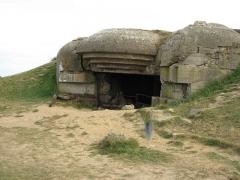 Batterie d'artillerie de Longues - Français:   La seule des quatre casemates de tir de la batterie de Longues-sur-Mer qui soit détruite.