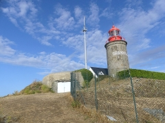 Batterie d'artillerie du Roc - English: Sight of the Cap Lihou lighthouse, in Granville, Normandy, France.