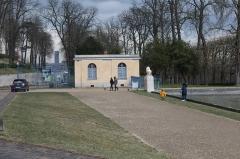 Domaine national de Saint-Cloud - Bâtiment près de l'allée des Statues, Parc de Saint-Cloud.