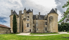 Domaine de Montal - English: Castle of Montal in Saint-Jean-Lespinasse, Lot, France       NOTE: This image is a panorama  consisting of 4 frames that were merged or stitched in Adobe Lightroom. As a result, this image necessarily underwent some form of digital manipulation. These manipulations may include blending, blurring, cloning, and color and perspective adjustments. As a result of these adjustments, the image content may be slightly different than reality at the points where multiple images were combined. This manipulation is often required due to lens, perspective, and parallax distortions.  Boarisch| български| dansk| Deutsch| Zazaki| Ελληνικά| English| Canadian English| British English| Esperanto| español| eesti| suomi| français| hrvatski| magyar| italiano| 日本語| 한국어| македонски| മലയാളം| Nederlands| polski| português| русский| sicilianu| slovenščina| svenska| Türkçe| українська| العربية| 中文| +/−
