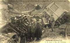 Pont Gisclard et stèle commémorative - English: Old postcard showing two crashed locomotives by the Pont Gisclard, in Sauto (France). In the accident died six people, and nine more were injured.