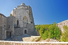 Château de Simiane - Deutsch: Chateau de Simiane-la-Rotonde, Burghof u. Donjon von SO