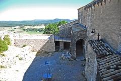 Château de Simiane - Deutsch: Chateau de Simiane-la-Rotonde, Burghof vom Portal aus