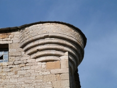 Ancienne grange monastique de Séveyrac - Français:   Grange monastique de Séveyrac: base de l\'une des échauguettes circulaires placées aux angles de la tour et aujourd\'hui disparues.