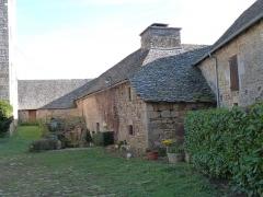 Ancienne grange monastique de Séveyrac - Français:   Grange monastique de Séveyrac: bâtiments donnant dans la cour intérieure.