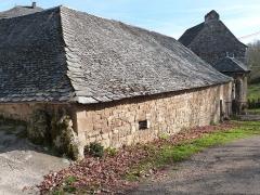 Ancienne grange monastique de Séveyrac - Français:   Grange monastique de Séveyrac: bâtiments limitant la cour dans laquelle se trouve la tour de la grange monastique