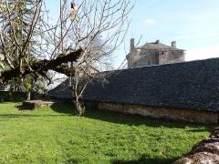 Ancienne grange monastique de Séveyrac - Français:   Grange monastique de Séveyrac: toiture du hangar à charrettes vue depuis la terrasse de l\'étable à boeufs restaurée