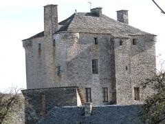 Ancienne grange monastique de Séveyrac - Français:   Grange monastique de Séveyrac: toiture et partie supérieure de la tour