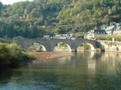 Pont dit d'Estaing (également sur commune de Sébrazac) -  Pont à l'entrée d'Estaing surplombant le Lot.  Photo prise le 12 octobre 2005.