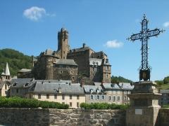 Pont dit d'Estaing (également sur commune de Sébrazac) -  Estaing et sa célèbre croix. Vue du pont.  Auteur: Christophe Poulet