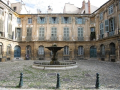 Immeubles formant la place d'Albertas - English:   Image of the place d\'Albertas in Aix-en-Provence from flickr by bronx teacher under CC Attribution-Sharealike license  https://www.flickr.com/photos/leecohen/215667758/  https://www.flickr.com/photo_zoom.gne?id=215667758&size=m