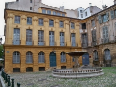 Immeubles formant la place d'Albertas - Français:   Hotel Albertas et fontaine, Place Albertas à Aix-en-Provence (13)