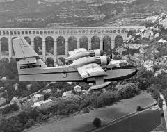 Aqueduc de Roquefavour (également sur commune d'Aix-en-Provence) - English: Canadair CL-215 of the French Sécurité Civile in front of the Aqueduc de Roquefavour.