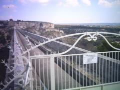 Aqueduc de Roquefavour (également sur commune d'Aix-en-Provence) -  La canalisation sur la partie supérieure de l'aqueduc