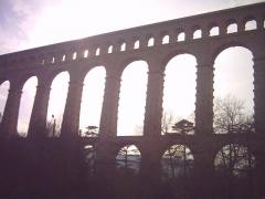 Aqueduc de Roquefavour (également sur commune d'Aix-en-Provence) -  L'aqueduc vu d'en bas