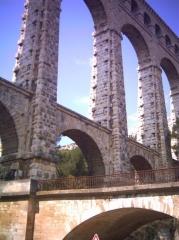 Aqueduc de Roquefavour (également sur commune d'Aix-en-Provence) -  L'aqueduc et le pont du chemin de fer