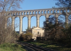 Aqueduc de Roquefavour (également sur commune d'Aix-en-Provence) - L'ancienne gare de Roquefavour et l'aqueduc, vus de l'ouest.