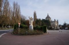 Basilique Sainte-Thérèse - Français:   Statue de Sainte Thérèse de Lisieux à l\'entrée de la basilique (accès parking).