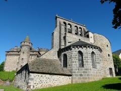 Château des Ternes - Français:   L\'église et le château des Ternes, Cantal, France.