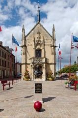 Mairie - Français:   Hôtel de ville de Breteuil-sur-Iton avec le buste de Jacques Laffitte.