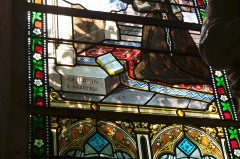 Ateliers de fabrication de vitraux, dits Ateliers Lorin - Deutsch: Bleiglasfenster in der Kirche Notre-Dame in Bellegarde (Frankreich), Ausschnitt mit Signatur: CH. LORIN à CHARTRES