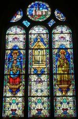 Ateliers de fabrication de vitraux, dits Ateliers Lorin - Vitrail de l'église Saint-Georges (baie 10), Saint-Georges-sur-Eure, Eure-et-Loir (France).  Représentation de la cathédrale Notre-Dame de Chartres. Signé