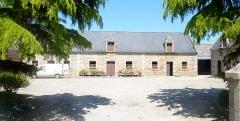 Domaine de Kernévez - Français:   Saint-Pol-de-Léon: la ferme-modèle de Gourveau, située face à l\'entrée du château de Kernévez, construite au début du XIXe siècle par Sylvestre Budes de Guébriant.
