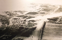 Phares de la pointe de Penmarc'h - Français:   Penmarch: tas de goémon et brûlage de la soude vus du phare d\'Eckmühl en direction de Saint-Guénolé vers 1900