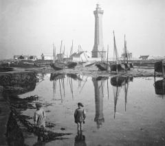 Phares de la pointe de Penmarc'h - Français:   Penmarch: enfants devant le phare d\'Eckmühl vers 1900