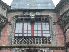 Ancien pavillon de chasse de Moniven - Français:   Fenêtre double de la façade occidentale du château de Trévarez, commune de Saint-Goazec, Finistère, Bretagne, France.