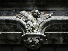 Ancien pavillon de chasse de Moniven - Français:   Façade ouest du château de Trévarez, commune de Saint-Goazec (29). Chauve-souris de la fenêtre-double.