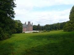 Ancien pavillon de chasse de Moniven - Français:   Vue du château de Trévarez depuis l\'extrémité sud-ouest de la pelouse.