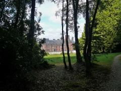 Ancien pavillon de chasse de Moniven - Français:   Vue du château de Trévarez depuis l\'extrémité sud de la pelouse.